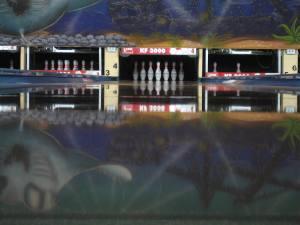 Hiwi bowling bahn mit stehenden Kegeln