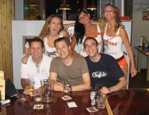 Foto aus der Hooters Bar in Zürich mit drei heissen Girls und dem E99 Fritigsclub