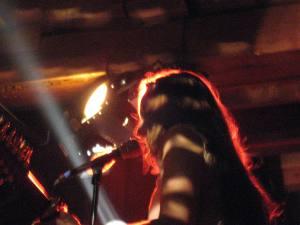Cooles Foto einer sexy live Sängerin in der QN Bar in Effretikon