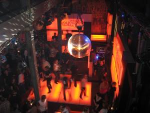 Labor Bar Zürich mit tanzenden Leuten und Spiegelkugel