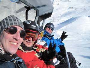 Drei Boys auf einem Sessellift im Skigebiet Ischgl Samnaun